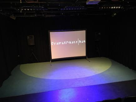 DramatikkensPrøvesalScene.png